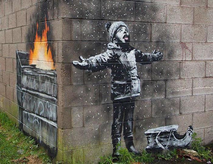 La nuova opera di Banksy scoperta nel Galles è un auguro di buone feste (a modo suo)
