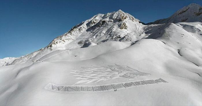 Lupo gigante disegnato sula neve da Simon Beck per Game of Thrones