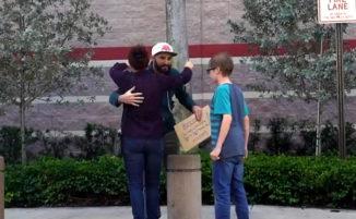Senzatetto regala 100 dollari a chiunque si ferma per aiutarlo, e insegna una lezione da ricordare