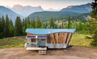 Una micro casa autosufficiente costruita con materiali riciclati