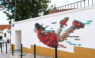 Ragazza usa 700 metri di lana in un murale a punto croce a Lisbona