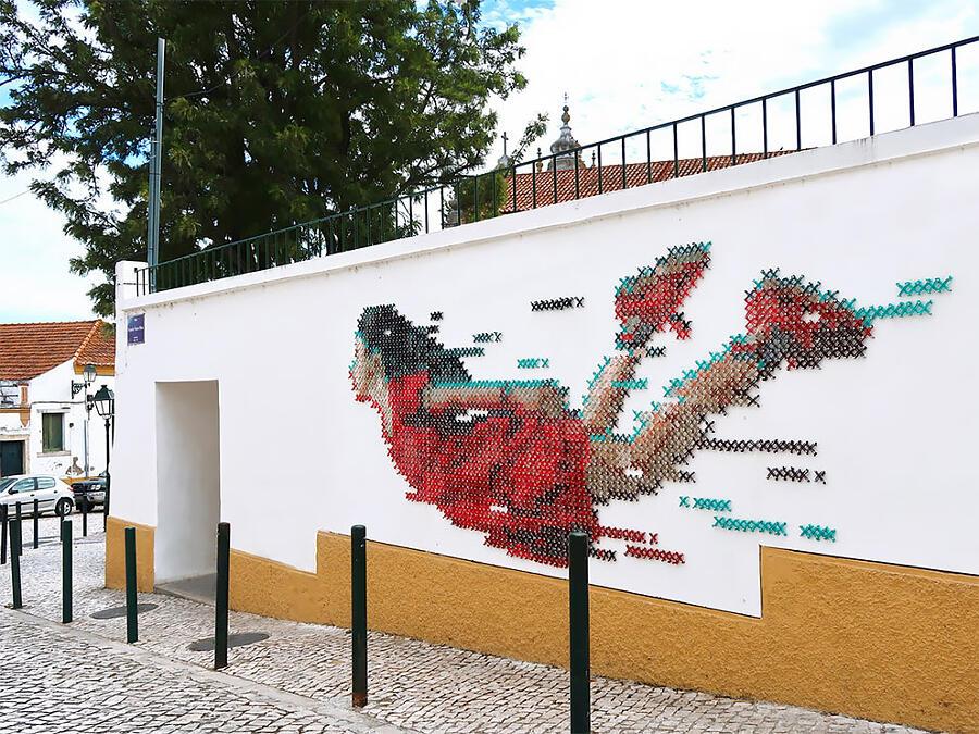 Murale street art con fili di lana a Lisbona, Ana Martins