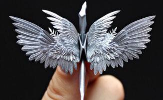 Artista dell'origami crea incredibili uccelli di carta con ali e piume dettagliate