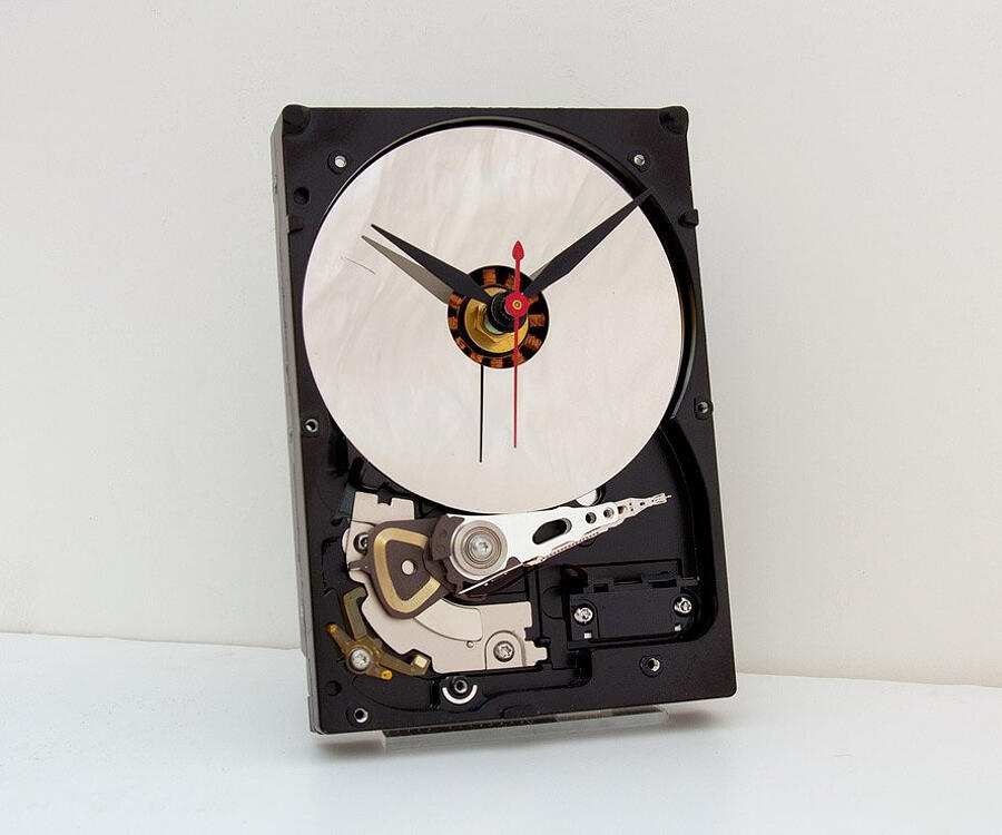 Orologi da parete fatti con oggetti riciclati, Pixel This