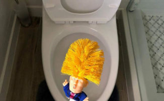 Lo scopino per WC a forma di Donald Trump promette: Make toilet clean again