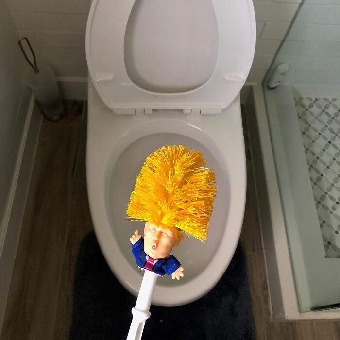 Lo scopino per WC a forma di Donald Trump promette: Make toilet clean again