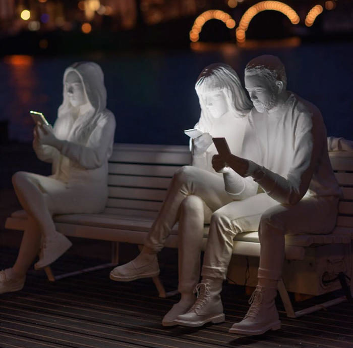 Per le strade di Amsterdam una scultura mette in luce la nostra ossessione per i telefoni