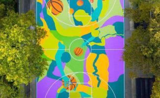 Artista trasforma un campo di basket in una colorata opera di street art