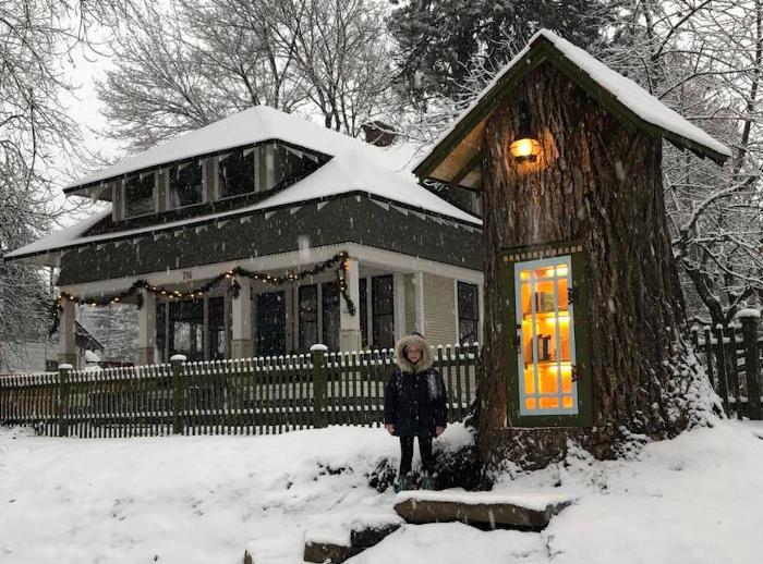 Invece di abbattere una quercia malata, costruisce al suo interno una piccola biblioteca