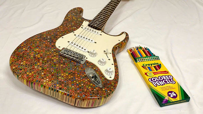 Costruisce una chitarra personalizzata usando 1200 matite colorate