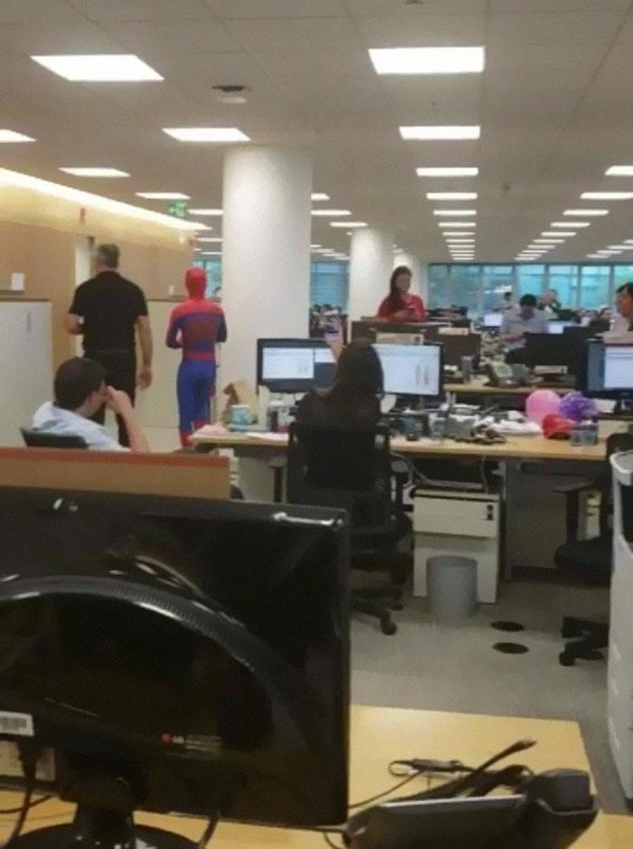 Impiegato di banca si licenzia e l'ultimo giorno si presenta vestito da Spider Man