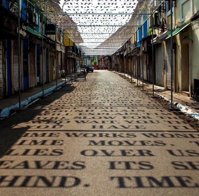 Installazione proietta su una strada messaggi sul concetto di tempo