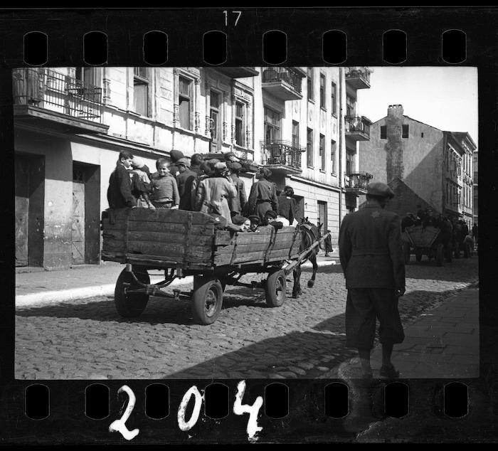 Scatola sepolta rivela foto drammatiche del ghetto ebreo di Lodz durante la Seconda Guerra Mondiale
