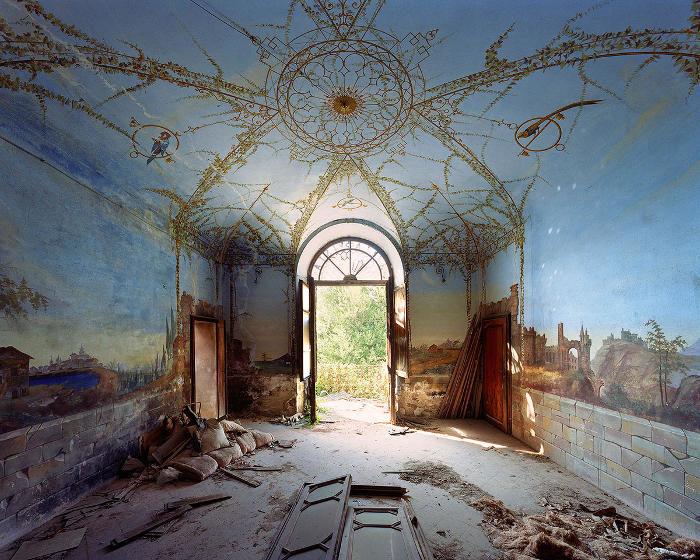 Fotografo visita l'Italia e cattura affascinanti immagini di edifici abbandonati e decadenti