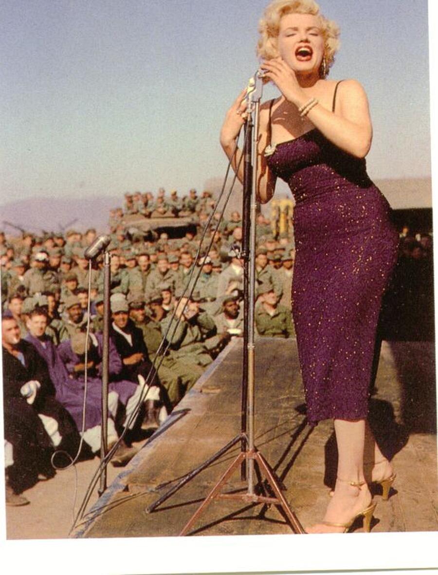 Marilyn Monroe Foto Esibizioni In Corea 1954