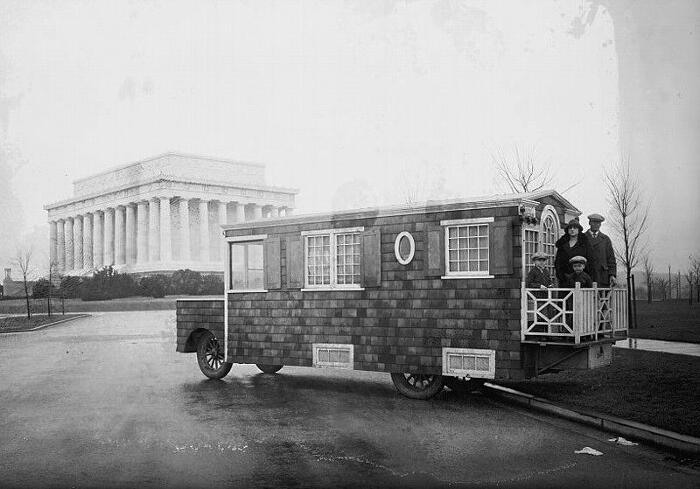 Foto di antiche mini case mobili su ruote dei primi '900