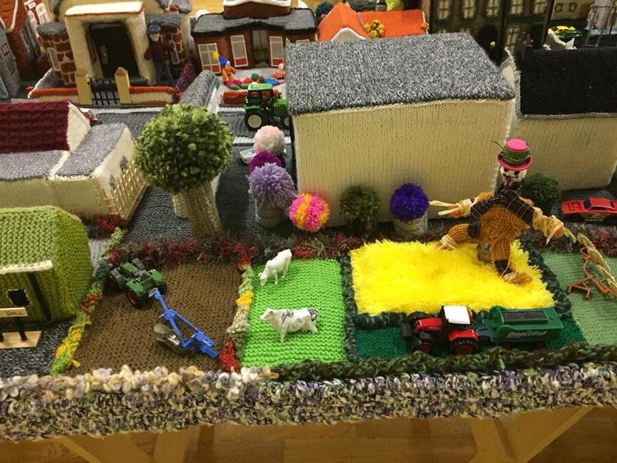 Replica di un villaggio in Irlanda del Nord creato all'uncinetto da anziane signore