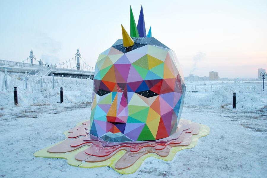 Scultura street art Russia Ancestral Retromirage di Okuda San Miguel
