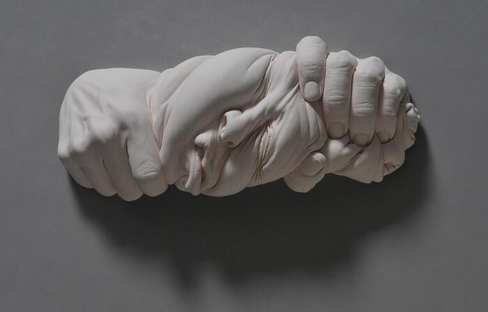 Scultura surreale ritratti in ceramica di Johnson Tsang