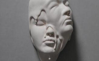 Mondi onirici nei contorti ritratti in ceramica di Johnson Tsang