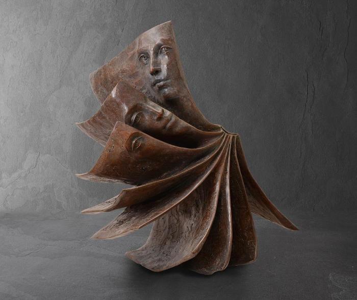 Suggestive sculture in bronzo di libri e volti misteriosi, di Paola Grizi