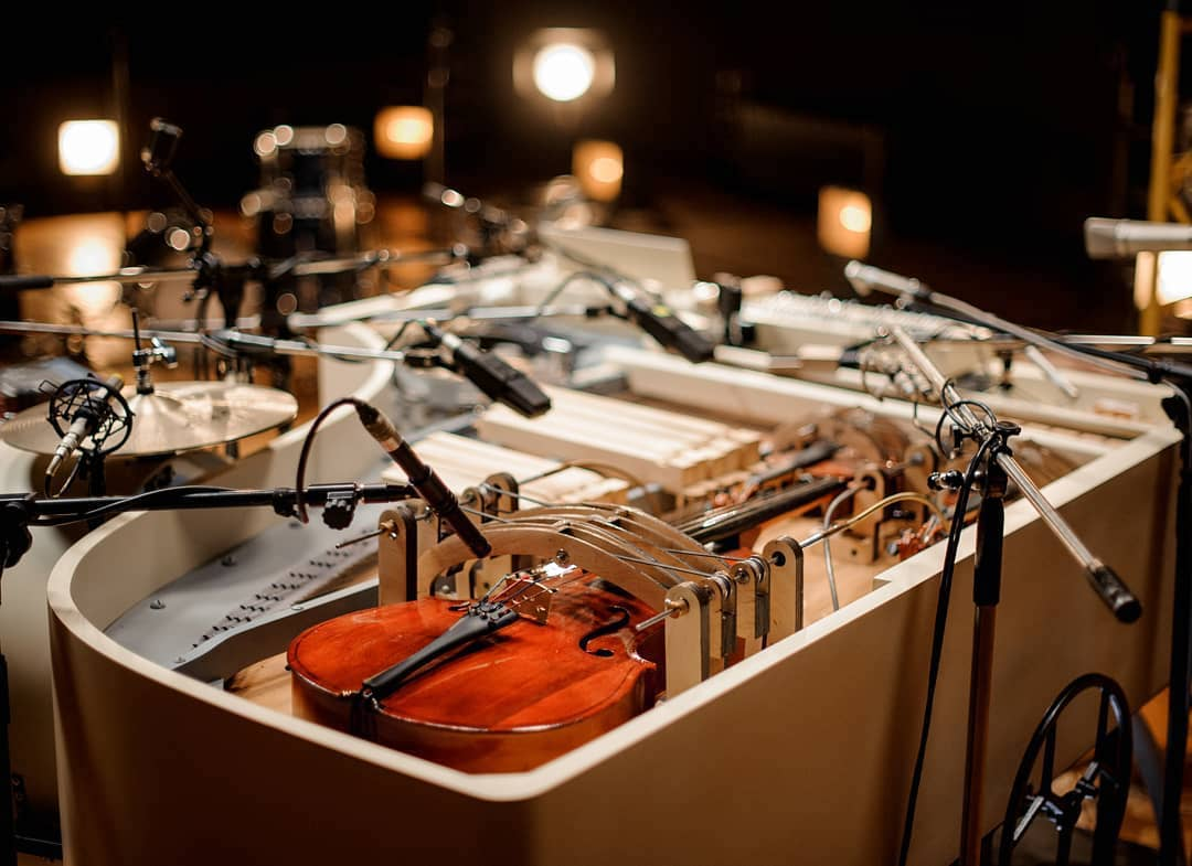 20 strumenti musicali suonati dai tasti di un vecchio pianoforte