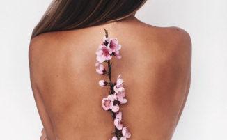 Tatuaggi femminili e floreali che celebrano la natura
