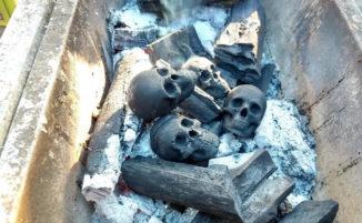 Questa carbonella a forma di teschi è perfetta per un barbecue macabro
