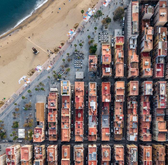Fotografie aeree esplorano la simmetria unica di Barcellona