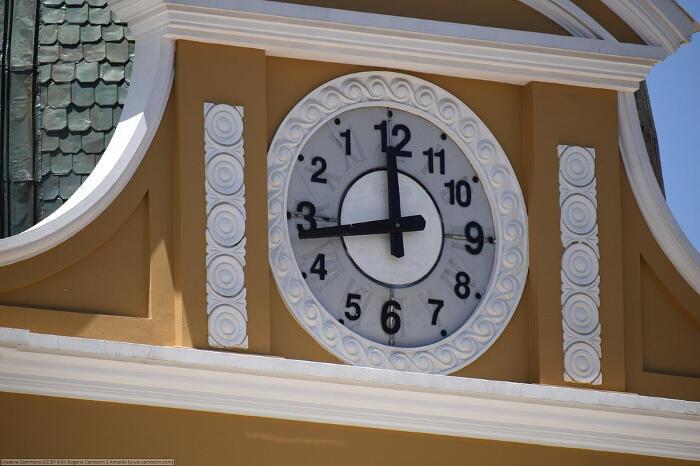 L'orologio boliviano che ruota in senso antiorario