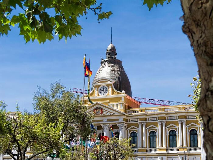L'orologio boliviano che ruota in senso antiorario, La Paz