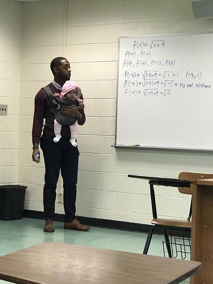 Professore fa lezione con in braccio la bebè di uno studente che non trovava una baby sitter