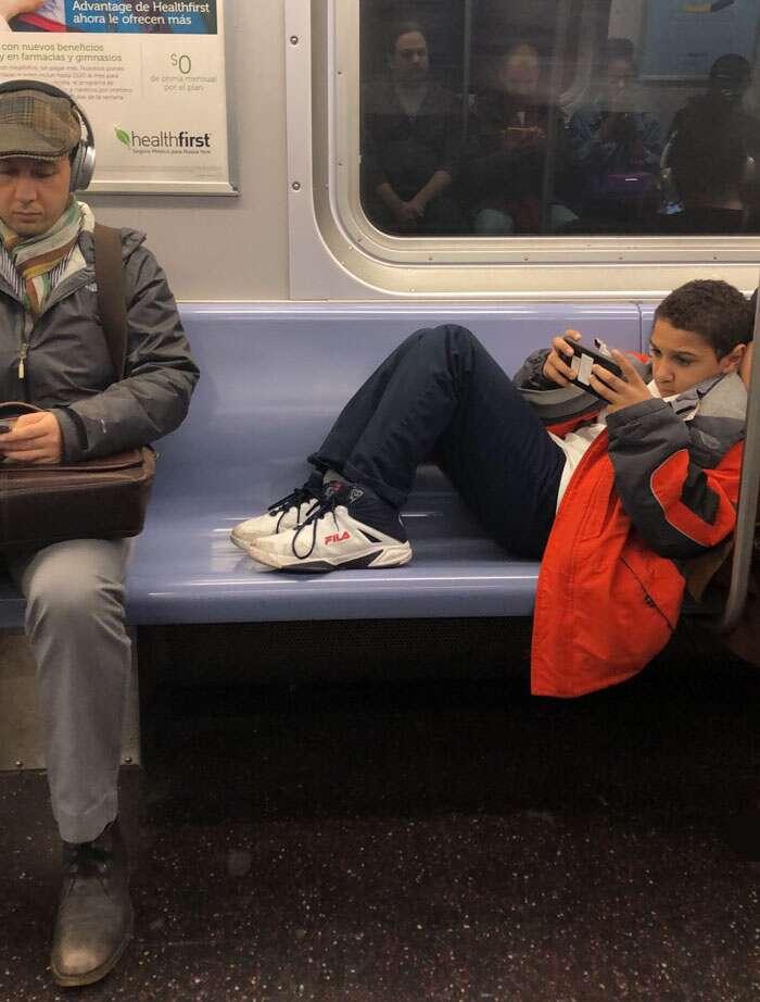 La maleducazione di un ragazzino nella metro