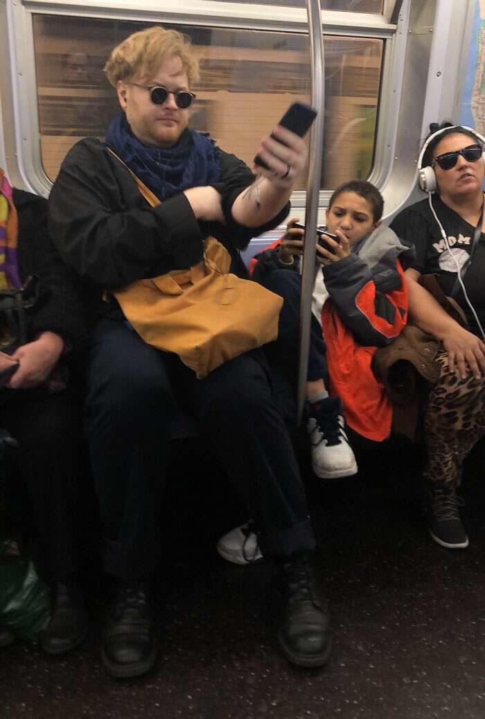 Metro affollata, ragazzino occupa con le gambe 2 o 3 posti e un ragazzo ci si siede sopra