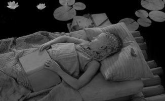 La scultura di una bambina addormentata: attraverso il mondo onirico di Hans Op de Beeck