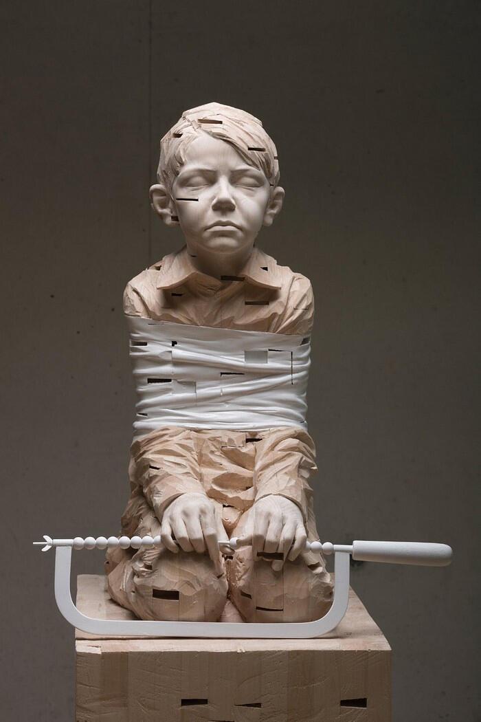 Sculture in legno di bambini dell'artista Gehard Demetz