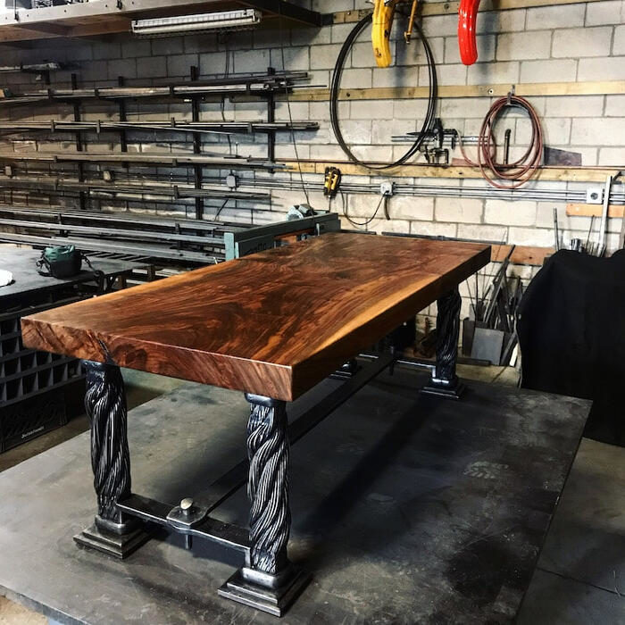Un tavolo fatto a mano con gli stralli originali del Golden Gate Bridge di San Francisco