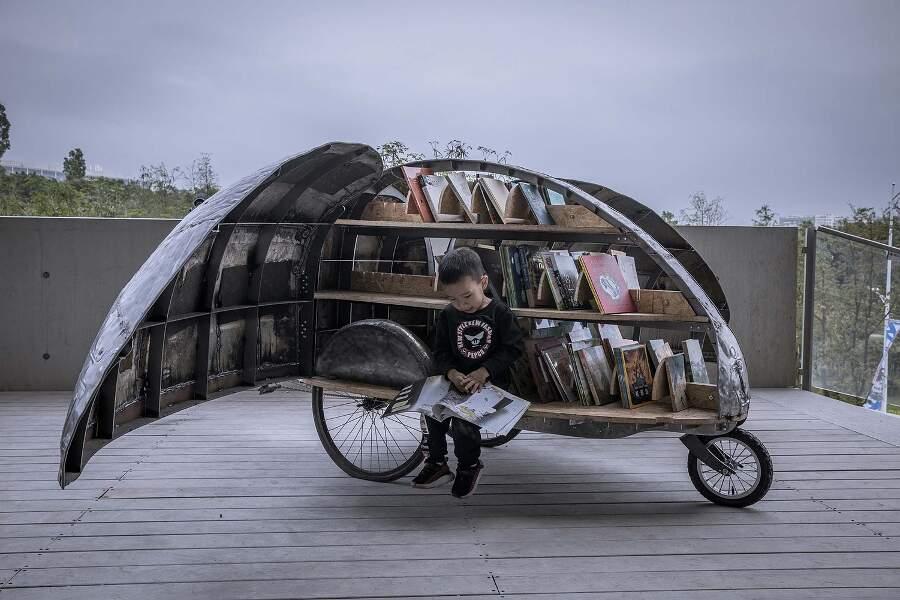 Una vecchia bici riciclata diventa una biblioteca mobile per i bambini