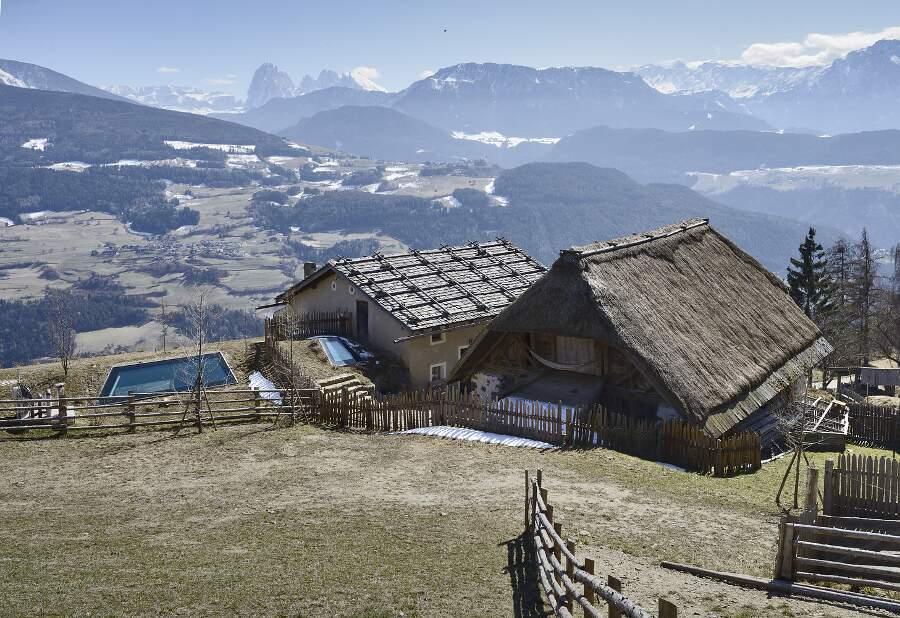 Casa sotterranea con tetto d'erba Villandro, Pavol Mikolajcak