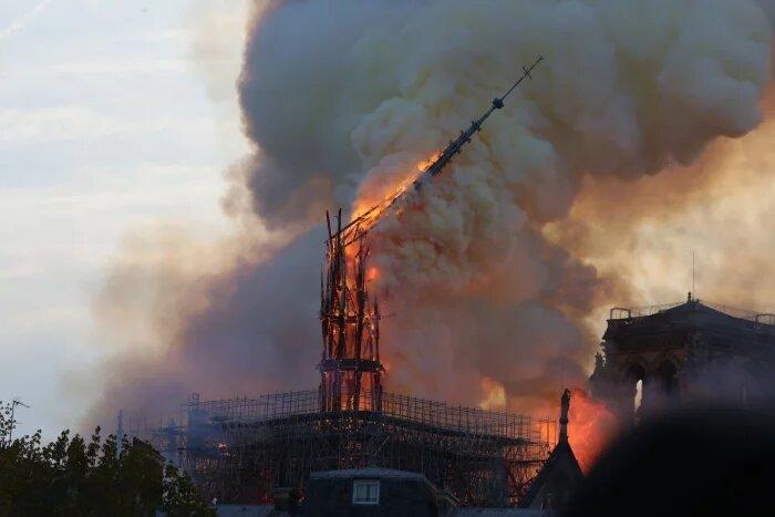 Il crollo della guglia di Notre Dame