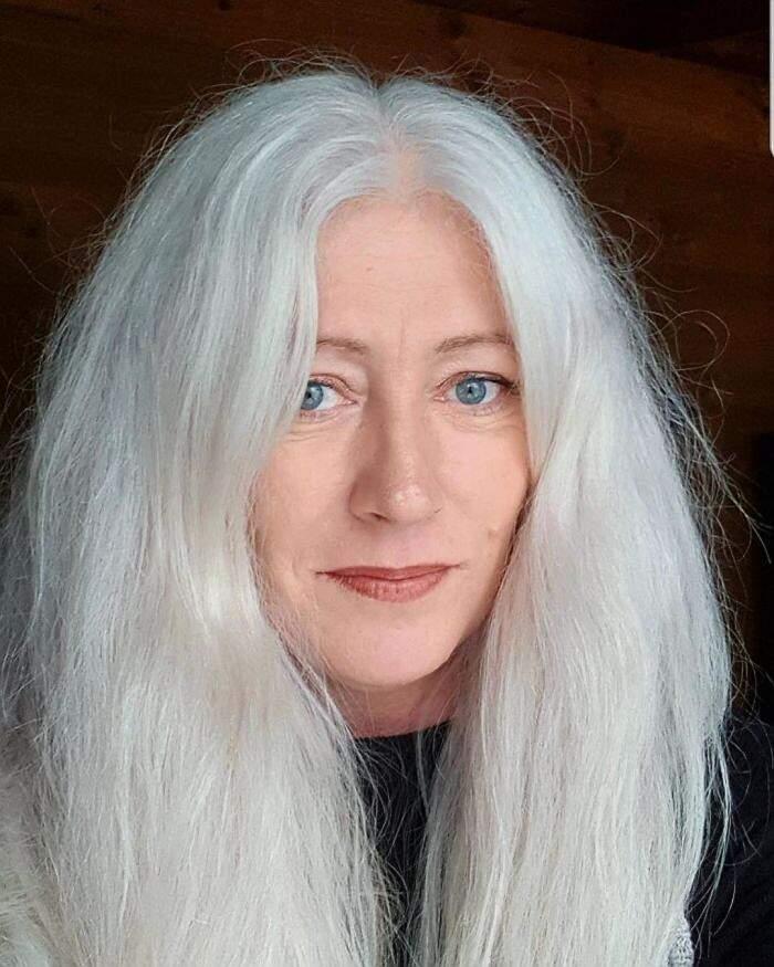 Donne con i capelli bianchi che hanno smesso di tingerli