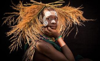 Ritratti intimi catturano la bellezza delle donne della tribù Suri