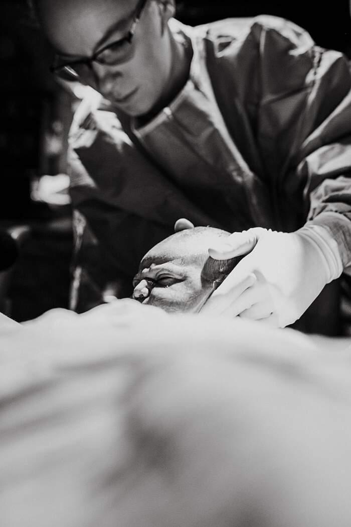 Donna fotografa il suo stesso parto, Megan Mattiuzzo