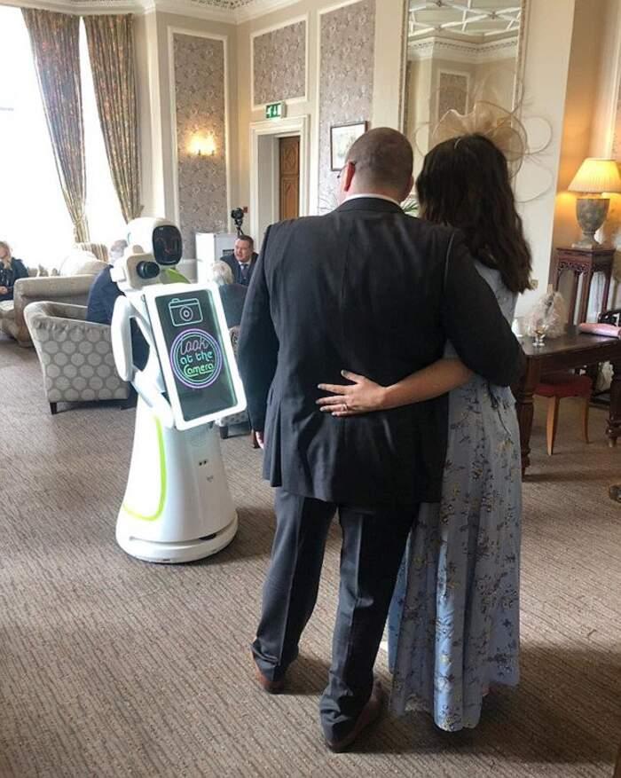 Coppia di sposi assume un robot come fotografo per il loro matrimonio