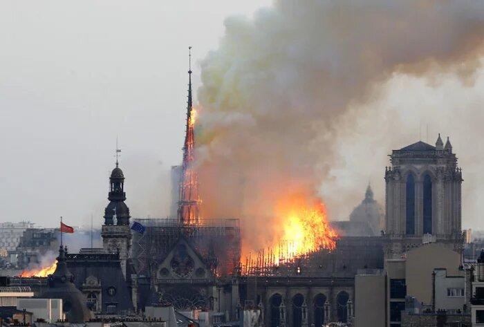 Immagini dell'incendio di Notre Dame a Parigi