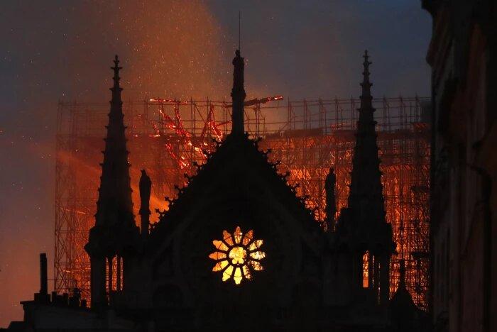 Immagine dell'incendio di Notre Dame a Parigi