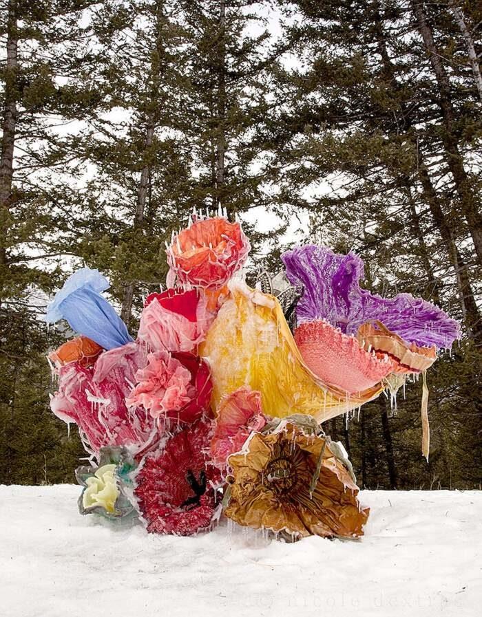 Artista congela abiti vintage trasformandoli in fiori straordinari
