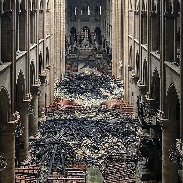 Gli interni di Notre Dame dopo l'incendio