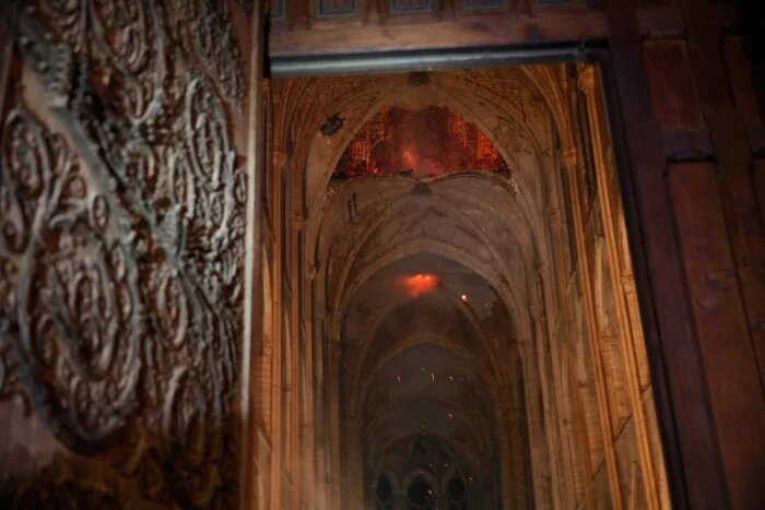 Gli interni di Notre Dame durante l'incendio
