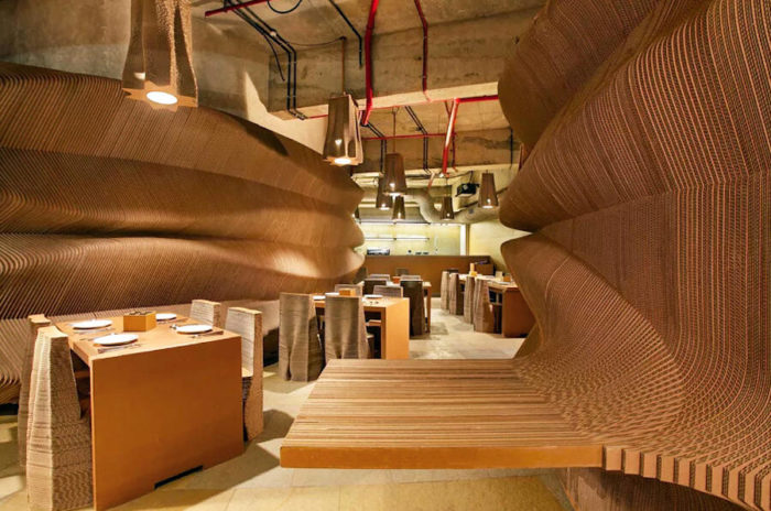 Questo locale di Mumbai ha mobili e pareti fatti di cartone ondulato